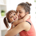 Câlin entre une maman et sa fille